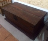 Arca de madera sin restaurar. Mide 1.32 cm x 65 cm x 53 cm de alta x 43 cm de altura interior.