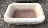 Pila de mármol. Mide 41 cm x 30 cm x 13 cm de alta