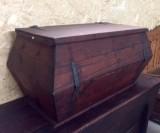arca de madera sin restaurar. Mide 1.10 cm x 62 cm x 57 cm de alta