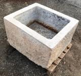 Pilón de piedra caliza antiguo. Mide 70 cm x 61 cm x 42 cm de alto