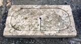 Piedra de sacrificio antigua. Mide 83 cm x 43 cm x 9 cm de gruesa