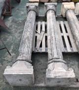 Pareja de columnas de piedra antiguas. Miden 2.24 m de altas y su base mide 38 cm x 38 cm