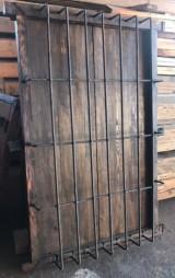 Ventana de madera con reja. Mide 1.04 cm de ancho x 1.69 cm de alto