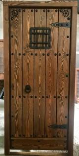 Medidas: 98 cm ancho x 2.07 cm alto. Con cerradura de seguridad, madera maciza de pino rojo. Apertura a derechas