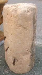 Rulo de piedra caliza. Mide 46 cm de diámetro x 90 cm de alto