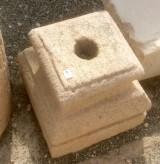 Base de piedra antigua. Mide 25x25x25 cm de alta.