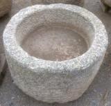 Pilón redondo de granito. Mide 64 cm de diámetro x 38 cm de alto