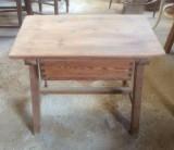 Mesa de madera pino con cajón. Mide 72 cm x 47 cm x 57 cm de alto