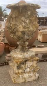 Copa decorativa con pedestal color ocre envejecido, piedra artificial. Mide 60 cm de diámetro x 1.90 cm de alto total, la base mide 68 cm x 68 cm x 60 cm de alta.