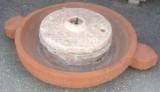Molino de piedra rojo. Mide 1.02 cm de diámetro x 24 cm de grueso.