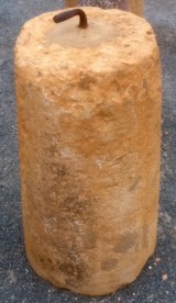 Rulo de piedra caliza. Mide 49 cm de diámetro x 90 cm de alto.