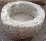 Pilón redondo de granito. Mide 68 cm de diámetro x 47 cm de alto.