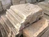 Cornisa de piedra antigua, tiene dos esquinas. Hay 14.70 ml en total