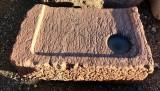 Piedra de sacrificio antigua. Mide 72 cm x 54 cm x 19 cm de gruesa