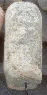 Rulo de piedra caliza. Mide 45 cm de diámetro x 86 cm de alto.