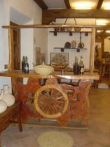 Barra de madera rústica con rueda en el centro. Mide 1,75 cm x 50 cm x 1,90 cm alta.