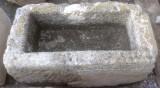 Pila de piedra arenisca. Mide 83 cm x 44 cm x 36 cm de alta