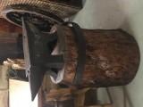 Yunque de hierro con tronco de madera. Mide 89 cm x 18 cm x 27 cm de alto. Altura total con el tronco 90 cm.