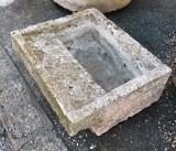 Pila de lavar de piedra antigua, mide 55 cm x 61 cm x 24 cm de alta.