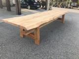 Mesa de madera maciza natural hecha a medida. Mide 4.40 m x 1.10 m x 80 cm de alta