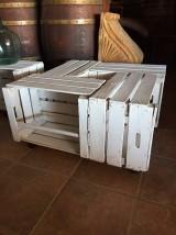 Mesa blanca decapada hecha con cajas antiguas de fruta, muy practica con ruedas. Mide 80 cm x 80 cm x 40 cm de alta.