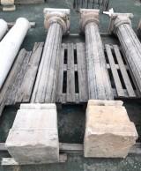 Pareja de columnas de piedra antiguas. Miden 2.28 m de altas y su base mide 33 cm x 33 cm