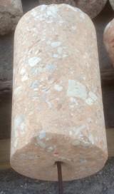 Rulo de piedra rosada. Mide 50 cm de diámetro x 80 cm de alto.