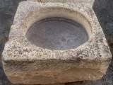 Pilón cuadrado de piedra arenisca. Mide 79 cm x 79 cm x 37 cm de alto
