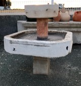 Fuente de piedra natural. Mide 83 cm x 75 cm x 93 cm de alta