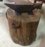 Yunque de hierro con tronco de madera. Mide 59 cm x 12 cm x 16 cm de alto. Altura total con el tronco 80 cm.