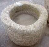 Pilón redondo de granito. Mide 62 cm de diámetro x 45 cm de alto.
