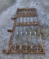 Puerta de forja de una hoja. Mide 2.06 cm de alta x 83 cm de ancha