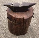 Yunque de hierro con tronco de madera. Mide 67 cm x 14 cm x 15 cm de alto. Altura total con el tronco 77 cm.