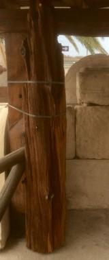 Viga de madera rústica de pino. Mide 25 cm de diámetro x 82 cm de altura