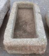 Pilón rectangular de granito. Mide 1,08 m x 57 cm x 25 cm de alto