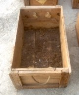Cajón de madera. Mide 62 cm x 37 cm x 25 cm de alta.