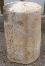 Rulo de piedra viva reparado. Mide 59 cm de diámetro x 85 cm de alto.