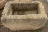 Pila de piedra arenisca. Mide 70 cm x 44 cm x 41 cm de alta.