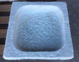 Pila de mármol antiguo. Mide 48 cm x 50 cm x 15 cm de alto