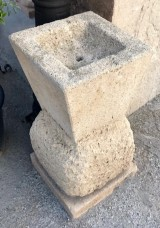 Chorro de fuente de piedra natural. Mide 39 cm x 39 cm x 74 cm de alta x 5 cm de profundidad