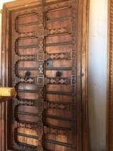 Puerta de madera antigua en 2 hojas. Mide 1,26 cm x 2,20 cm de alta.