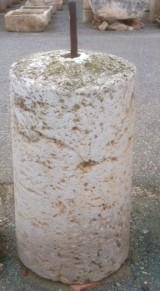 Rulo de piedra viva. Mide 53 cm de diámetro x 90 cm de alto.
