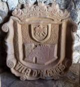 Escudo de piedra natural tallado a mano. Mide 70 cm x 80 cm