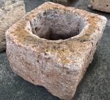 Brocal de pozo en piedra viva. Mide 71 cm x 71 cm x 53 cm de alto