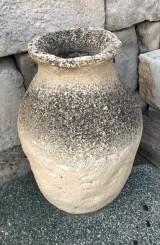 Tinaja de piedra artificial. Mide 48 cm de diámetro x 83 cm de alta