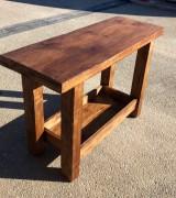 Mueble mesa para baño, con balda y con cajón abierto a medida, madera maciza color nogal. Mide 1.23 m x 46 cm x 80 cm de alta