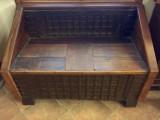 Banco de madera labrado en hierro, apertura en el asiento. Mide 1.29 cm x 67 cm x 87 cm de alto