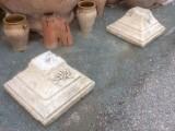 Bases de piedra antigua talladas. Hay 2 unidades se venden juntas. Miden 55x55x35 cm de altas.