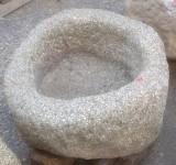 Pilón redondo de granito. Mide 75 cm de diámetro x 40 cm de alto