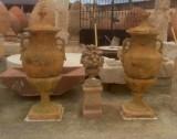 Copa decorativa de piedra y terracota. Mide: 70 cm de diámetro y 1,60 cm de alta.
